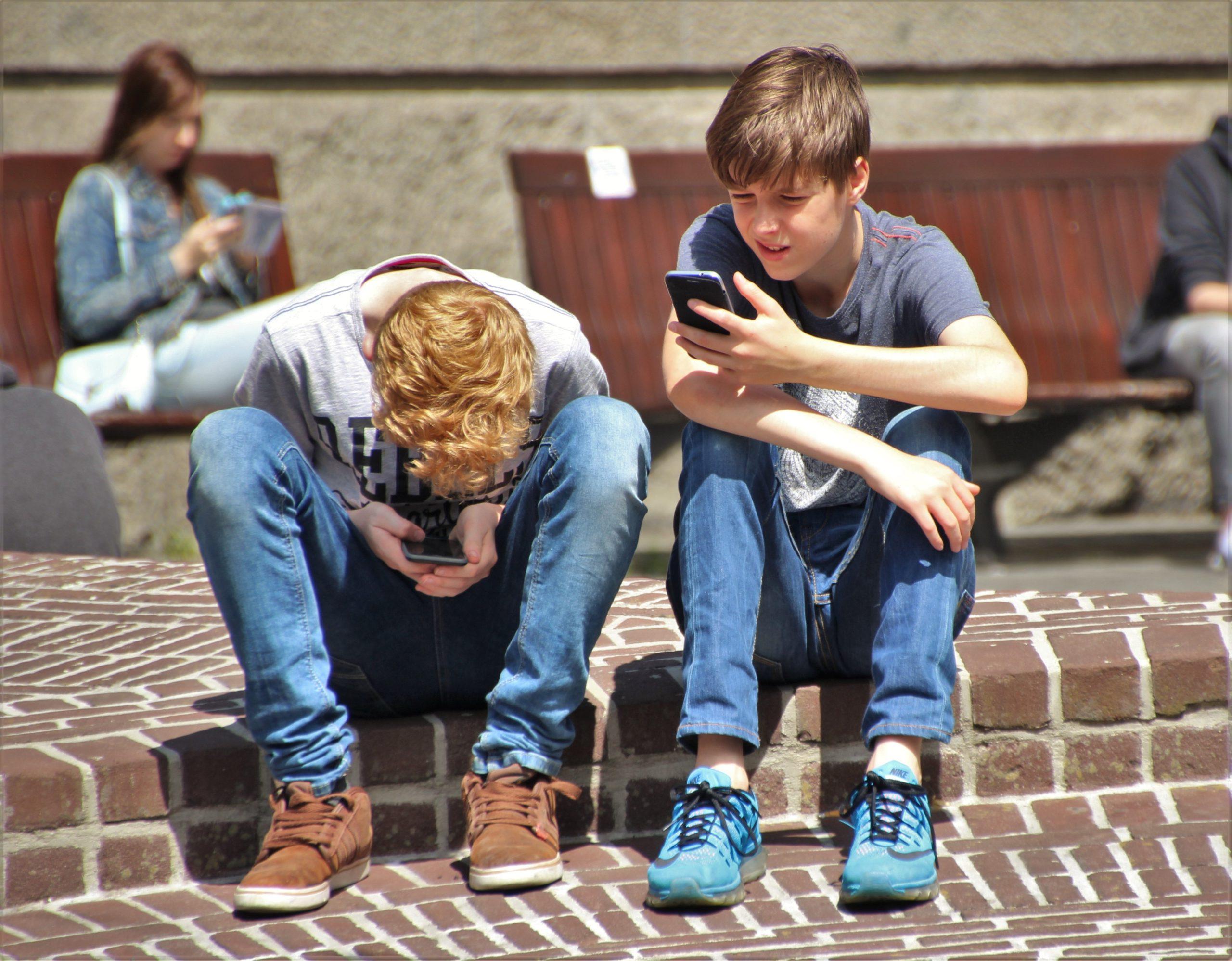 les enfants accro au téléphone-les moyens de préventions-les réseaux sociaux addictifs